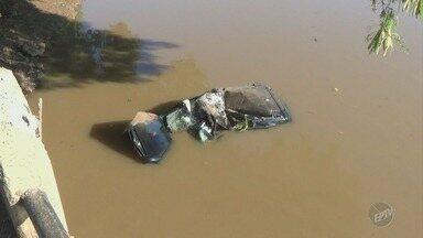 Motorista morre ao cair no Rio Piracicaba; passageiro fica ferido - Acidente ocorreu na madrugada desta sexta-feira (9). O motorista, de 19 anos, perdeu o controle e despencou de uma altura de quatro metros.
