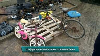 Vila Velha recolhe por dia 10 toneladas de lixo que causam alagamentos - Lixo é jogado na rua e nos valões, segundo a prefeitura.