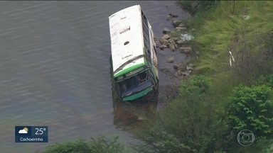 Ônibus cai em represa depois de acidente de trânsito - Veículo bateu em carro, ao lado da represa de Mairiporã, na região metropolitana de São Paulo. O passageiro que estava no carro ficou gravemente ferido.