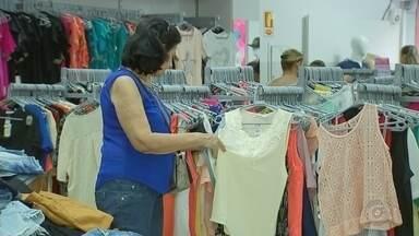 Lojas de roupas com preços populares atraem clientes em Rio Preto - As lojas de roupas com preços populares estão atraindo cada vez mais clientes em São José do Rio Preto (SP). Tem loja com preço único de R$ 20.