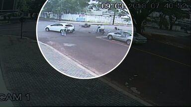 Motociclista fica ferido em acidente em Cascavel - Câmera de segurança registrou o momento do acidente.