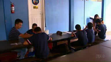 Alunos estudam em saguão de colégio rural em Cascavel - Não há salas de aula suficientes para todas as turmas.