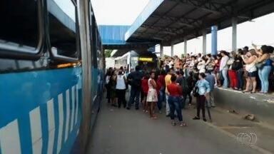 Passageiros protestam contra a demora de ônibus no Terminal Vera Cruz, em Goiânia - Metrobus disse que trabalha para oferecer mais ônibus para os usuários.