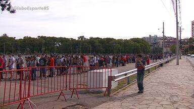 Confira a fila da compra de ingressos para o GreNal no Beira Rio - Assista ao vídeo.