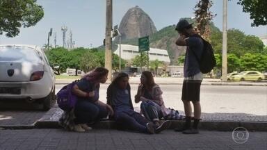 Flora, Úrsula e Hugo socorrem Tito - A filha de Gabriela se preocupa com o rapaz