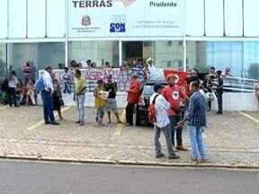 Assentados realizam protesto em Presidente Prudente - Grupo se reuniu em frente ao Itesp.