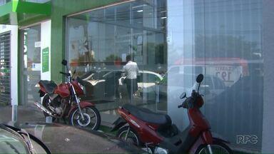 Polícia não tem pistas dos assaltantes que roubaram agência na zona Norte de Londrina - Foi a segunda ocorrência só nesta semana. A polícia investiga se este assalto tem relação com outra ação no início da semana.