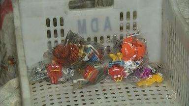 Polícia apreende carga de brinquedos promocionais de uma rede de fast-food em Sorocaba - A Polícia Civil aprendeu, nesta sexta-feira (9), cerca de seis toneladas de brinquedos promocionais de uma rede de fast-food na Vila Helena, em Sorocaba (SP).