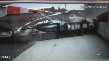 Vídeo flagra momento da queda de helicóptero sequestrado em Joinville - Vídeo flagra momento da queda de helicóptero sequestrado que deixou três mortos em Joinville