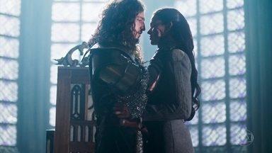 Catarina combina sua falsa prisão com Rodolfo - Rodolfo garante que tomará as providências necessárias para se livrar de Lucrécia e promete fazer de Catarina sua rainha o mais rápido possível