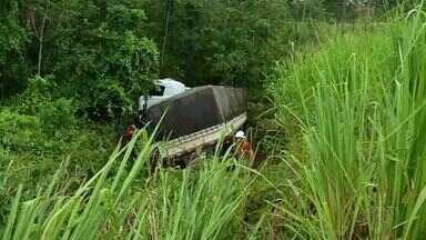 Caminhão que se acidentou há uma semana é retirado de barranco na BR-153 - Caminhão que se acidentou há uma semana é retirado de barranco na BR-153