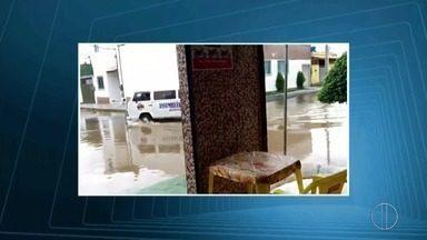Bairro Novo Joquey, em Campos, RJ, casas foram invadidas pela água - Assista a seguir.