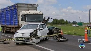 Engavetamento deixa mortos e interdita rodovia Castello Branco - Um engavetamento envolvendo seis veículos deixou duas pessoas mortas e ao menos sete feridos na rodovia Castello Branco (SP-280), na manhã deste sábado (10), em Boituva (SP).