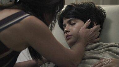 Elizabeth vela Adriana após o procedimento cirúrgico - Henrique leva Beth para ver a filha no quarto do hospital