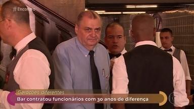 Empresas se beneficiam com empregados de diferentes gerações - André Curvello mostra a troca de experiências entre jovens e funcionários mais maduros em um bar no Rio de Janeiro. Convidados comentam o tema
