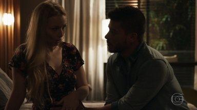 Karina afirma a Diego que o filho que espera é seu - A loira explica que só não se protegia com o geólogo