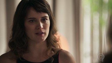 Clara não acredita nas afirmações de Lívia sobre o caráter duvidoso de Renato - Loira procura a rival e tenta abrir seus olhos sobre o médico