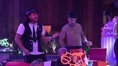 Diego e Kaysar fingem tocar guitarra imaginária - Na Festa Rock, Diego e Kaysar se empolgam