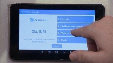 """Tablet substitui o antigo relógio de ponto do trabalho - Foto em """"selfie"""" é a garantia de que o registro está sendo feito pelo próprio funcionário. Dados gerados enviados para um software que faz o relatório."""
