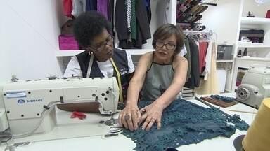 Oficina de costura faz sucesso em prédio comercial de São Paulo - Sócios montaram o ateliê em uma sala de 35 metros quadrados, onde fazem ajustes e consertos em qualquer tipo de roupa.