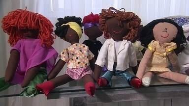 Ateliê de brinquedos faz sucesso fabricando bonecos negros - Os bonecos têm a pele negra e os cabelos crespos, tudo pra conquistar um consumidor até então esquecido: os afro-brasileiro.