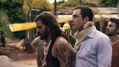 Gael busca sobreviventes após explosão na mina - Ele e Juvenal se juntam a Mariano e os garimpeiros para tentar resgatar os homens
