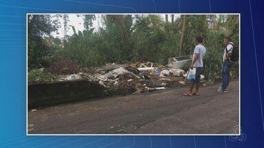 Corpo é encontrado dentro de geladeira em rua na Zona Sul de Manaus - Vítima estava com pés e mãos amarrados. Geladeira estava jogada em uma lixeira irregular.