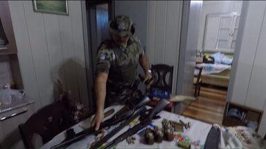 Polícia ambiental prende 20 pessoas em operação contra tráfico de animais silvestre - Os policiais encontraram até armas adulteradas e uma fábrica de munição.