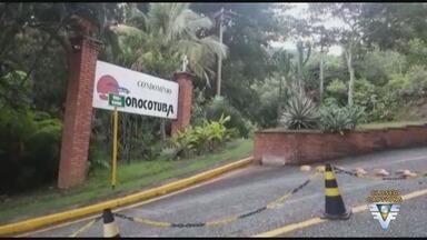 Justiça manda condomínios liberarem acesso à praia isolada em Guarujá, SP - Decisão estabelece que banhistas não podem ser impedidos de frequentar a praia do Sorocotuba