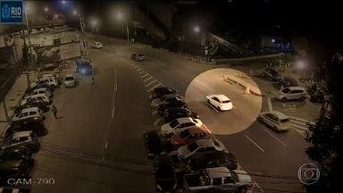 Novas imagens mostram o que seria perseguição ao carro de Marielle Franco - Vídeo é de uma loja na rua Salvador de Sá, no Centro do Rio. Polícia Civil confirma que rua fez parte do trajeto da vereadora.