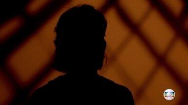 'Não entendo como saí daquilo', conta assessora de Marielle que sobreviveu - A assessora que foi a única sobrevivente do ataque recebeu a equipe do Fantástico sem mostrar o rosto e contou detalhes da noite do crime.