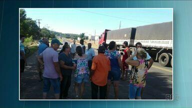 Moradores de bairros próximos à PR 580 fazem protesto por segurança na estrada - Eles querem redutores de velocidade nos acessos a bairros de Umuarama.
