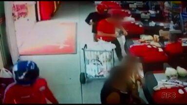 Assaltantes roubam mercado em Jaguariaíva - Câmeras de segurança registraram a ação dos bandidos, que chegaram de moto.