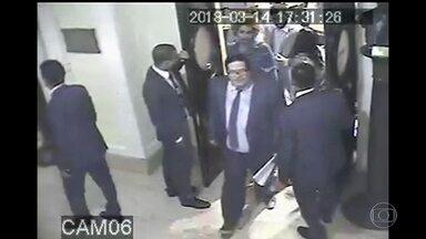 Novas imagens mostram Marielle Franco deixando a Câmara de Vereadores - Carros suspeitos foram flagrados no caminho da vereadora.