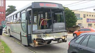 Três pessoas ficam feridas em acidente envolvendo ônibus e caminhão em Curitiba - A batida foi no bairro Novo Mundo.