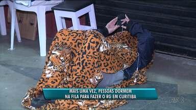 Mais uma vez, pessoas dormem na fila para tentar fazer o RG em Curitiba - Teve mutirão na Rua da Cidadania do Fazendinha nesta quinta-feira (22). E ainda não existe um prazo para que o problema das filas seja resolvido.