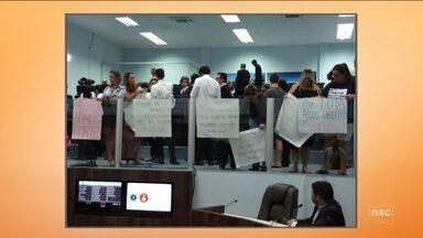 Grupo protesta contra assédio na Câmara de Balneário Camboriú - Grupo protesta contra assédio na Câmara de Balneário Camboriú