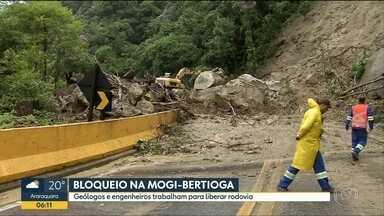 Rodovia Mogi-Bertioga permanece bloqueada depois de desmoronamentos - Rodovia está intransitável desde quarta-feira e deve ser liberada hoje