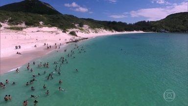 Praia em Arraial do Cabo, no RJ, tem limite máximo de visitantes por vez - Para preservar esse paraíso na Costa do Sol, a Marinha do Brasil controla a lotação da praia do Farol, que só recebe 300 pessoas por hora.
