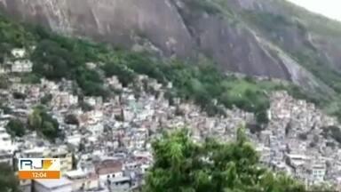 Rocinha vive sábado (24) de violência - Um intenso tiroteio foi registrado na comunidade desde a primeiras horas da manhã. Pelo menos sete pessoas morreram no confronto.