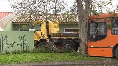 Caminhão bate em ônibus e invade casa no Alto Boqueirão - O acidente foi por volta das 5 hs da manhã. O motorista do caminhão foi internado em estado grave, as 4 pessoas da casa não ficaram feridas