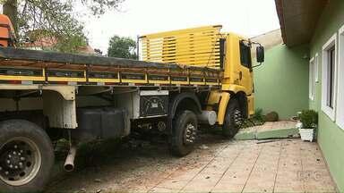 Depois de bater em ônibus, caminhão quase invade casa - O motorista do caminhão ficou gravemente ferido.