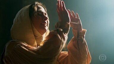 Lucrécia se recusa a deixar o convento - Apesar da insistência de Heráclito, ela diz que nunca vai sair dali