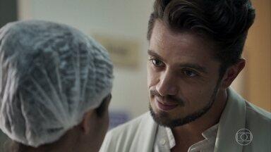 Renato chantageia Laura para falsificar teste de DNA - A jovem se sente pressionada com ameaça