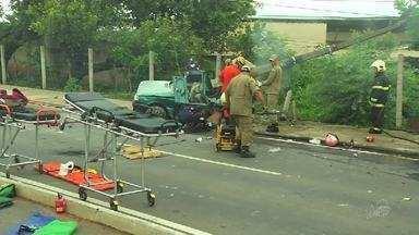 Carro derruba poste, pega fogo e deixa quatro pessoas feridas em Juazeiro do Norte - Um dos ocupantes vai passar por cirurgia.