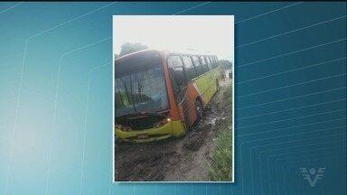 Ônibus escolar atola em Itanhaém - Ônibus transporta alunos da Escola Filomena Dias Apelian. Segundo os moradores, o bairro não é asfaltado, não há iluminação e os veículos atolam.