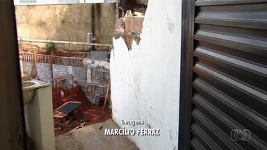 Casas são interditadas após parte da estrutura desabar, por causa de chuva, em Goiânia - Problema atingiu duas residências.