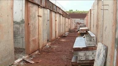 Obra de cadeia pública de Campo Mourão está três anos atrasada - Prazo mais recente também não vai ser cumprido. Local é um dos 14 prometidos pelo Governo do Estado.