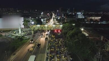 Manifestantes fazem ato em Manaus por prisão de Lula - Grupo está vestido de verde e amarelo e leva bandeiras do Brasil.