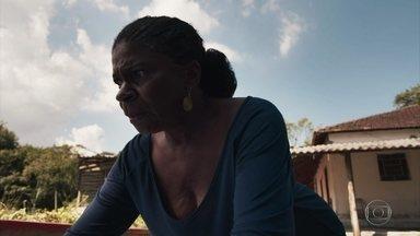 A Grande Mãe do quilombo tem um pressentimento - Ela fica perplexa com o que encontra no terreno do quilombo